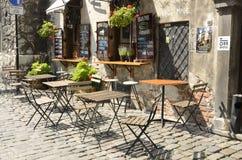 Tables en bois à la barre de terrasse photos stock