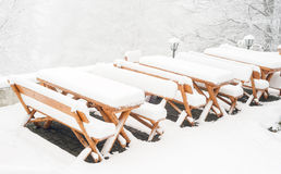 Tables en bois et chaises couvertes dans la neige fraîche Image stock