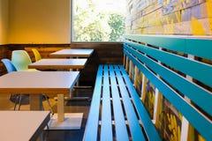 Tables et banc intérieurs de café image libre de droits