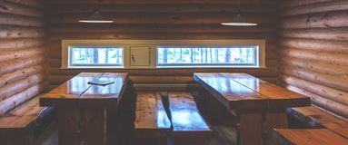 Tables et bancs en bois dans une cabane en rondins Photos libres de droits