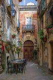 Tables et chaises de café dehors dans la rue confortable dans la ville de Positano, Italie image stock