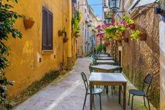 Tables et chaises de café dehors dans la vieille rue confortable dans la ville de Positano, Italie photographie stock