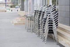 Tables et chaises empilées Photographie stock