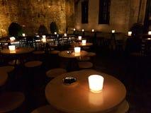 Tables et lumières de barre de nuit dessus dans la ville Grèce d'Ioannina Photographie stock