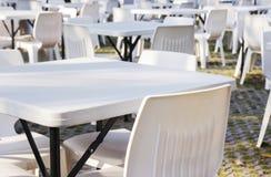 Tables et présidences blanches Photos stock