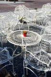 Tables et présidences blanches décoratives en dehors de café Photographie stock libre de droits