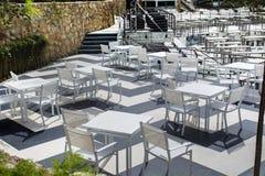 Tables et présidences blanches Restaurant extérieur Photos stock