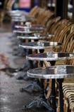Tables et présidences de café Photos stock