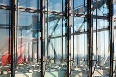 Tables et verres vides avec la réflexion de la lumière Images libres de droits