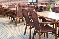 Tables extérieures de café d'été Image stock