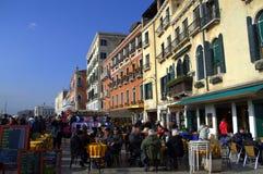 Tables extérieures de snack-bar de Venise photo libre de droits