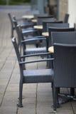 Tables extérieures vides de café Photos stock