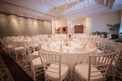 tables installées pour le dîner Photographie stock