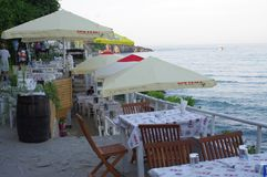 Tables in a seaside restaurant. Ready to accommodate customers Royalty Free Stock Photos
