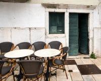 Tables vides d'un cafétéria, porte ouverte dans Cres photographie stock libre de droits