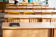 Tables vides dans la salle de classe Images libres de droits