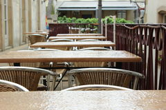 Tables vides dans un jour pluvieux Photos stock