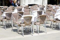 Tables vides de café de trottoir images libres de droits