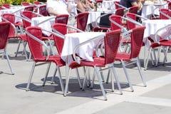 Tables vides de café de trottoir image stock