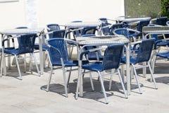 Tables vides de café de trottoir Photo libre de droits
