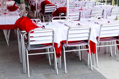 Tables vides de café de trottoir Photographie stock libre de droits