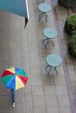 Tables vides de café un jour pluvieux Images libres de droits