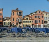 Tables vides de restaurant sur le trottoir à Venise Photo stock