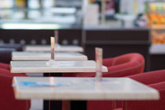 Tables vides en café Photographie stock libre de droits