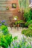 Tableset внутри ослабляет сад Стоковые Фото