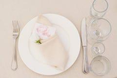 Tableset della sposa dei piatti e dei piatti fotografie stock libere da diritti