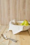 2 tablespoons на предпосылке груш в шаре Стоковые Изображения