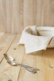 2 tablespoons на предпосылке linen ткани в шаре Стоковые Изображения
