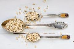 3 tablespoons овсяной каши лежа на белой деревянной предпосылке Стоковое фото RF