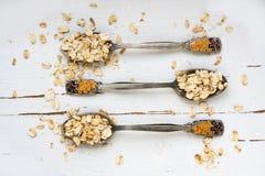 3 tablespoons овсяной каши лежа на белой деревянной предпосылке Стоковые Фото