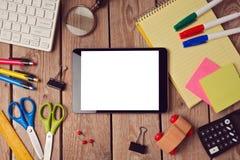 Tablet насмешливый поднимающий вверх шаблон с школьными принадлежностями над деревянной поверхностью задняя школа принципиальной  Стоковая Фотография
