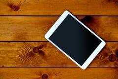 Tablet ПК на естественном темном деревянном столе, взгляд сверху Стоковое Фото