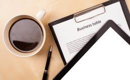 Tablet ПК с пустым космосом и чашка кофе на столе Стоковые Изображения
