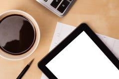 Tablet ПК с пустым космосом и чашка кофе на столе Стоковая Фотография RF