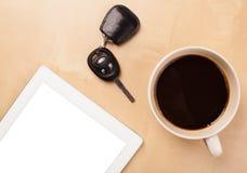 Tablet ПК с пустым космосом и чашка кофе на столе Стоковая Фотография