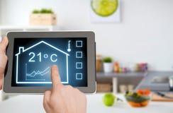 Tablet ПК с умными домашними установками на экране Стоковая Фотография RF