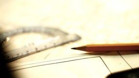 Tablet ПК с чертежами на таблице с карандашем и правителем акции видеоматериалы