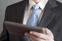 Tablet 2 van de Holding van de zakenman Stock Afbeeldingen