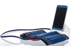 Tablet angeschlossen an einen Blutdruck-Monitor in einer Klinik Lizenzfreies Stockbild