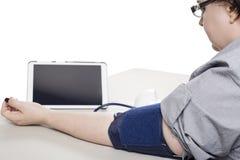 Tablet angeschlossen an einen Blutdruck-Monitor in einer Klinik Stockfoto