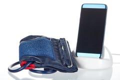 Tablet angeschlossen an einen Blutdruck-Monitor in einer Klinik Lizenzfreie Stockbilder