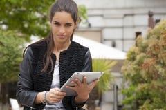 Tablet-Arbeit Lizenzfreie Stockfotografie