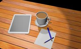 Tablet auf dem hölzernen Arbeitsplatz mit einer Kaffeetasse und einem Bleistift zwei auf dem Weißbuch stockfotografie