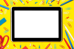 Tablet auf einem gelben Hintergrund Lizenzfreies Stockfoto