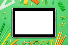 Tablet auf einem grünen Hintergrund lizenzfreie stockfotos