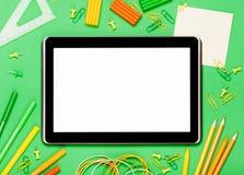 Tablet auf einem grünen Hintergrund stockfotos